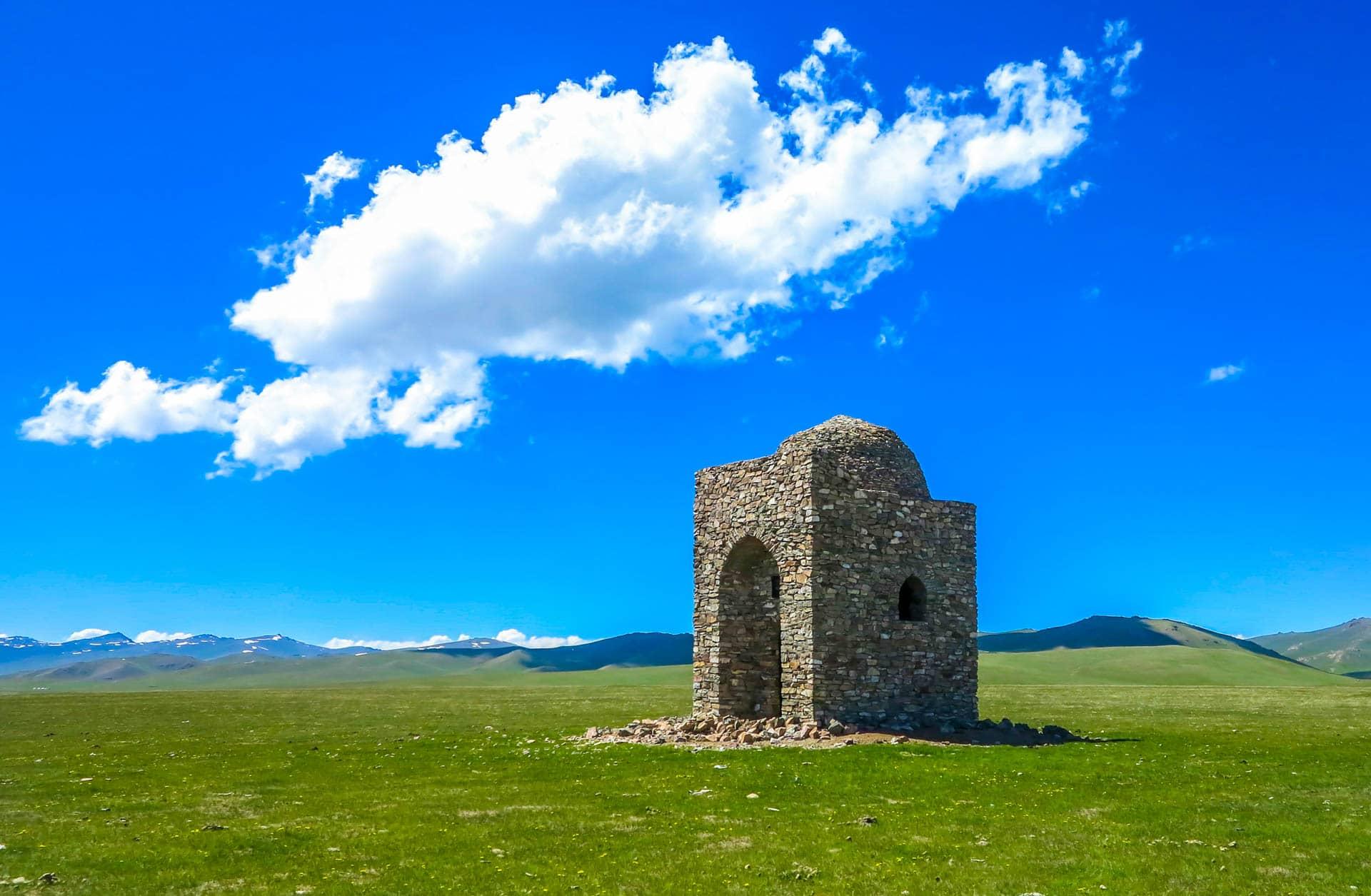 Central Asia Guide mountains, high plane, mausoleum, son kul lake